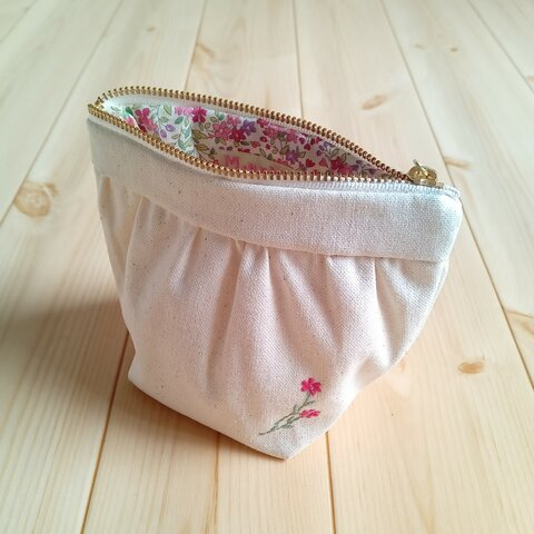 刺繍のギャザーポーチ ころんとした形 小花柄 ラッピング対応可 生成帆布 ピンク  120