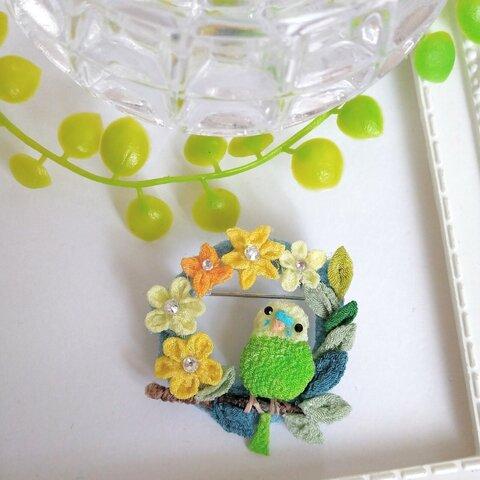セキセイインコさんとお花のリングブローチ。つまみ細工。