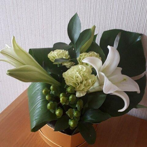 ホワイトグリーンでまとめた生花フラワーアレンジ!