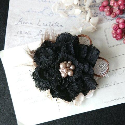 リネンのコサージュブローチ 大人可愛い黒のお花バッチ ブラック