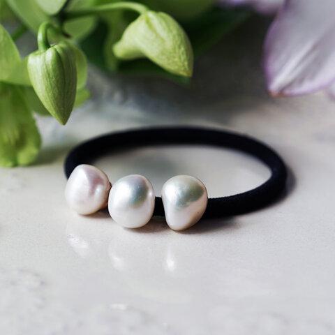 良質大粒バロック真珠の三粒ヘアゴム ~Gabriella
