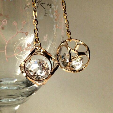 揺れる閉じ込められた美しい輝きゴールドイヤリングかピアス