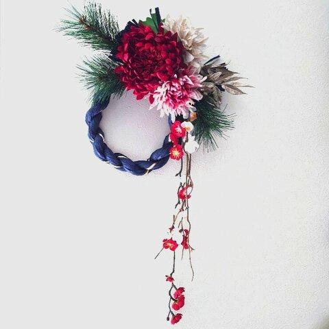 大輪の赤い菊と紅白の枝垂れ梅のしめ飾り
