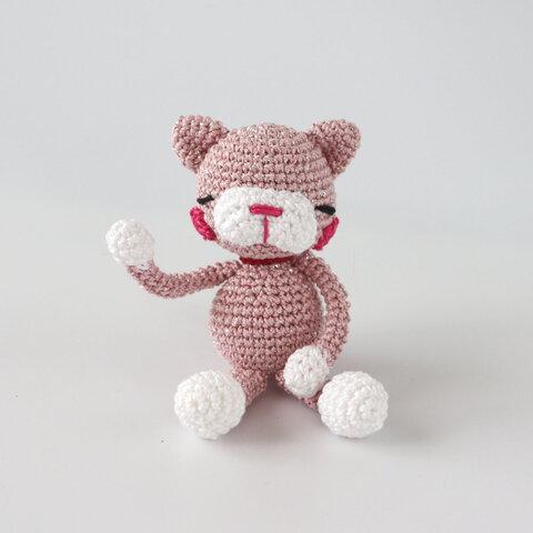 ちっちゃいサイズでネコのあみぐるみ ラメ入りきらきらピンク系でミニねこぽん