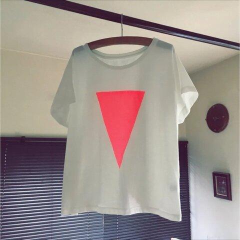 ▷送料無料▷大きなネオンピンクのさんかくがかわいいオトナTシャツ