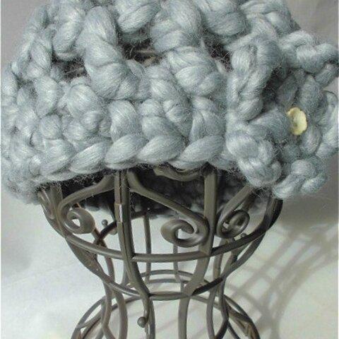 コサージュ付き ざっくり編みのベレー帽
