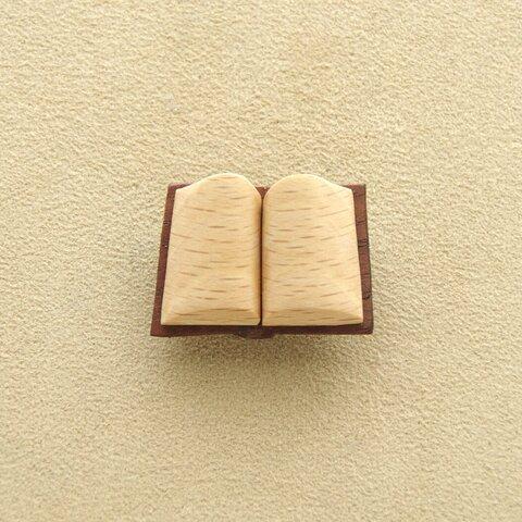 本のブローチ