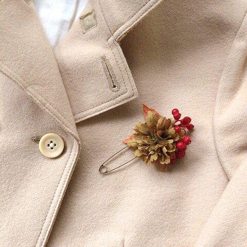 カーキ色のお花と赤い実 ストールピン