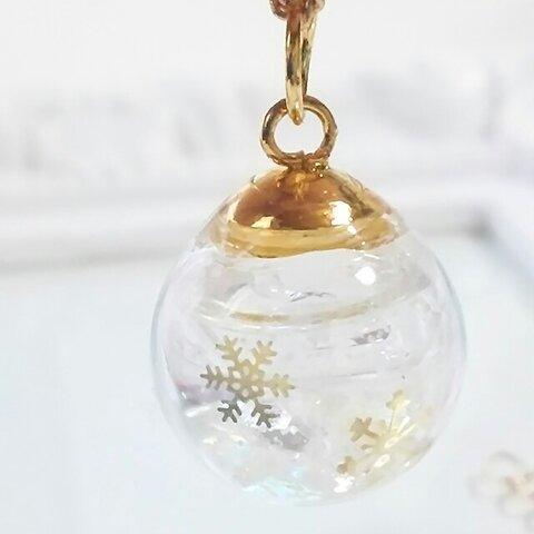*冬の新作*ゴールドのスノードーム風の雪の結晶のガラスドームネックレス