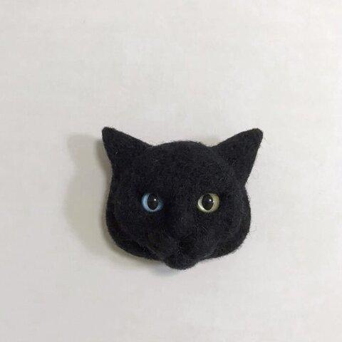 羊毛フェルト 猫ブローチ 黒猫 オッドアイ かわいい ぱっちり目
