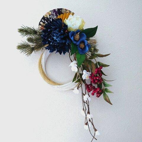 ジャパンブルーの菊と椿に華やか扇のしめ飾り