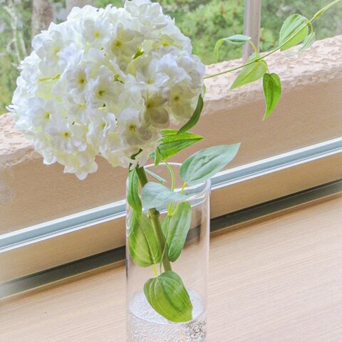 【新作】白い紫陽花とグリーンリーフの癒されアレンジ・お手間いらずの紫陽花インテリア~ガラス器とジェルの透明感でリラックス