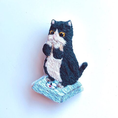 体重計に乗る猫の刺繍ブローチ