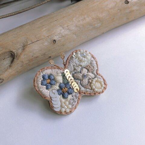 蝶々とスパンコールの刺繍ブローチ