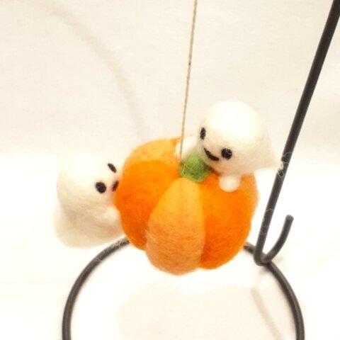 羊毛フェルトのハロウィン飾り カボチャを運ぶお化けちゃん
